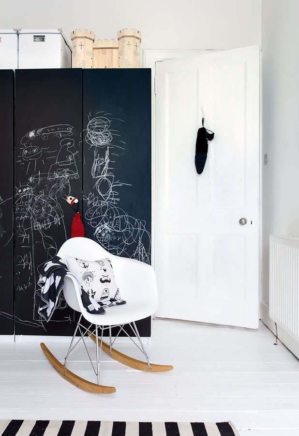 The-black-and-white-home-of-Deborah-Gordon-9
